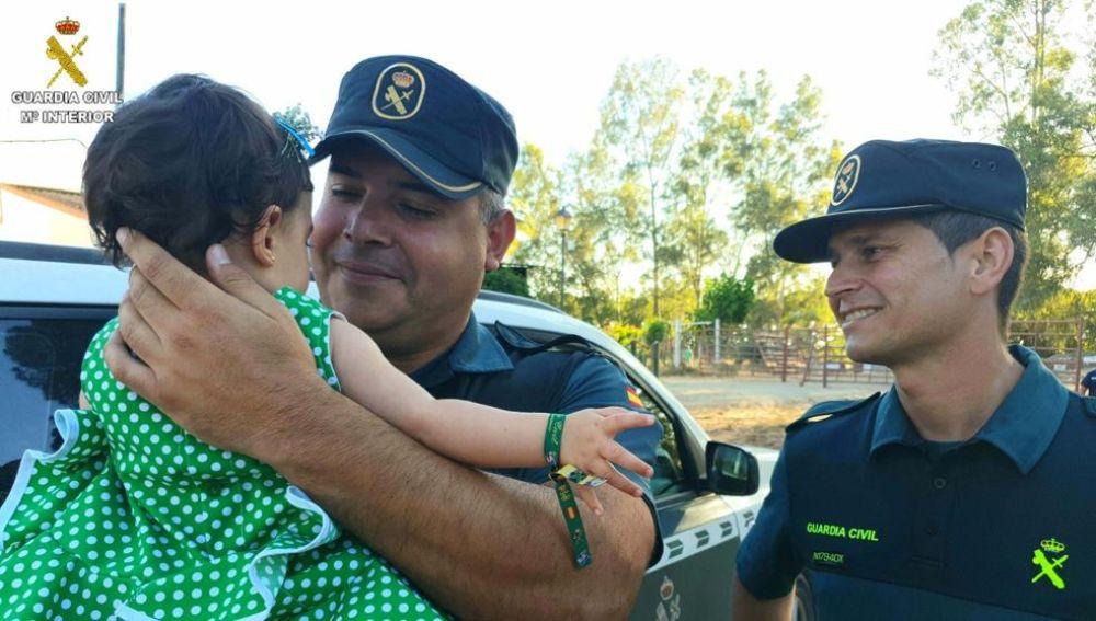 Los agentes junto a la niña