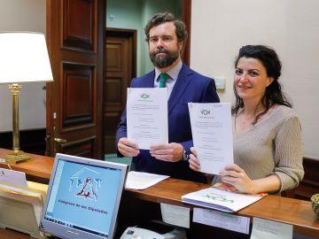 El portavoz de Vox, Iván Espinosa de los Monteros, y la secretaria general del grupo parlamentario, Macarena Olona