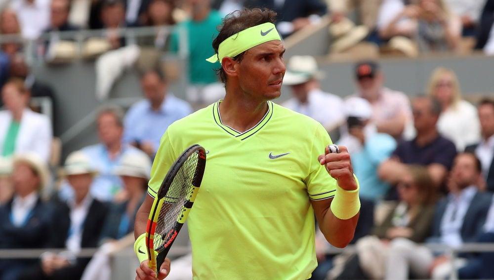 Nadal celebra un punto ante Thiem en la final de Roland Garros
