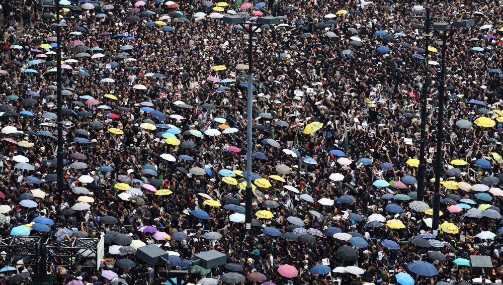 Cientos de miles de hongkoneses salieron hoy a las calles para pedir la retirada completa del proyecto de ley de extradición y la dimisión de la jefa del Ejecutivo.