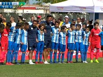 Los jugadores del Málaga dan la espalda a la grada