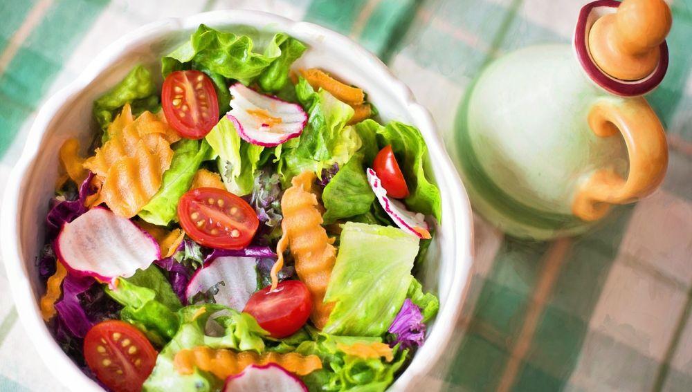 ensalada de hortalizas con aceite