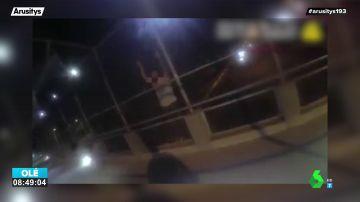 El emocionante vídeo en el que un policía salva la vida de un suicida ofreciéndole un abrazo