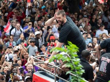 Marc Gasol anima a la afición de los Toronto Raptors