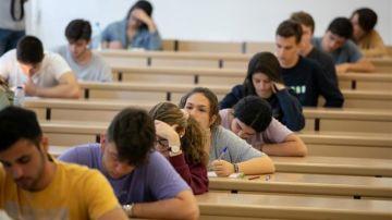 Alumnos haciendo la selectividad (Archivo)
