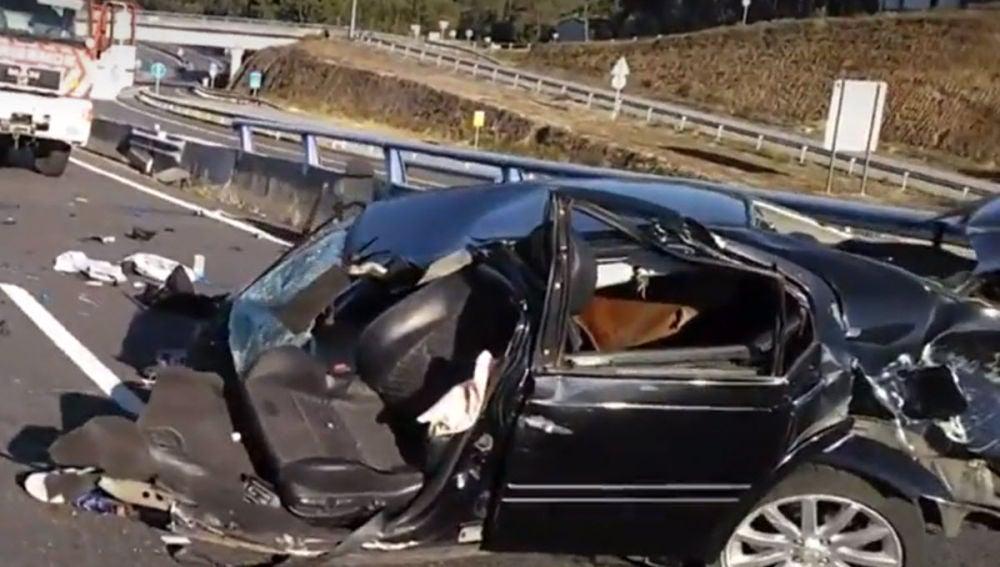Un joven, en estado grave tras chocar contra la mediana de una autovía y partirse el coche en dos