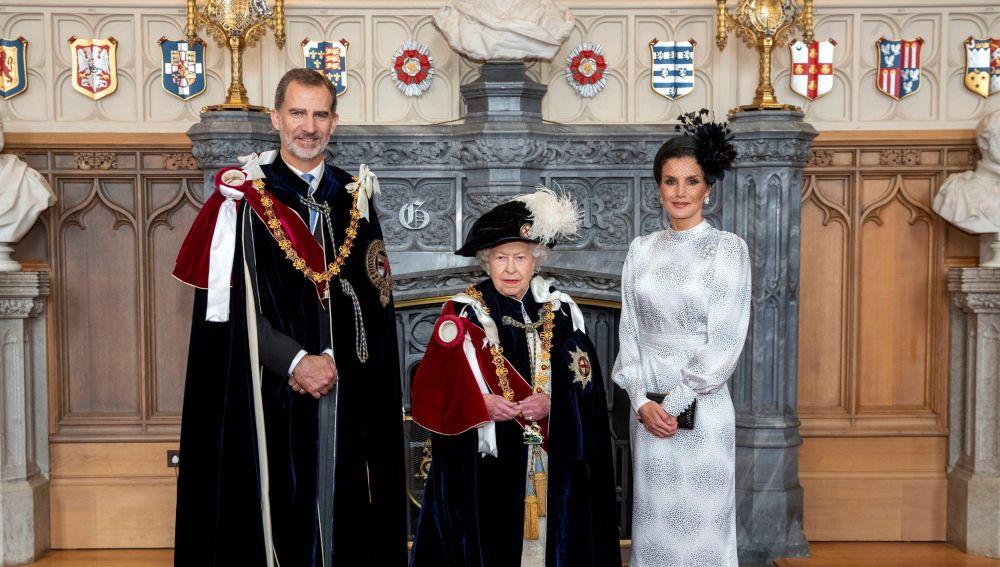 Felipe VI, junto a la reina Isabel II y la reina Letizia tras ser investido nuevo caballero de la Orden de la Jarretera