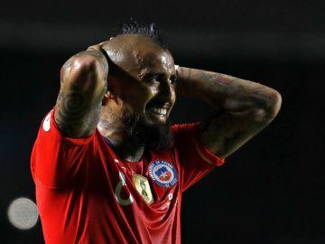 Vidal, contrariado en el partido contra Japón