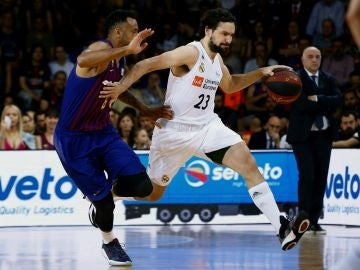 Llull intenta zafarse de la defensa de Hanga