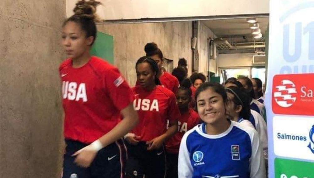 Una jugadora de El Salvador, sonriente al lado de las jugadoras estadounidenses