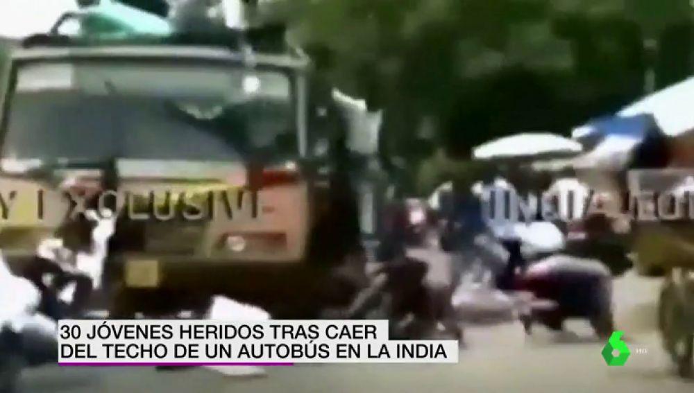 Un impactante accidente en la India deja 30 jóvenes heridos tras caer del techo de un autobús