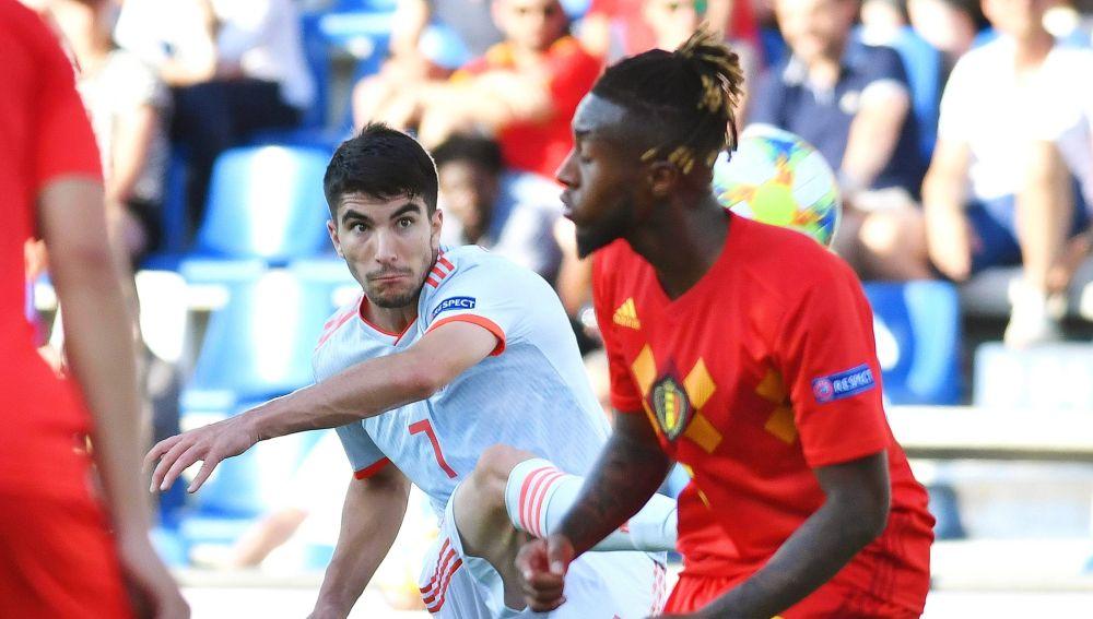Carlos Soler dispara en el partido ante Bélgica