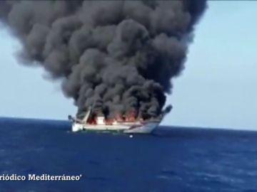 Un barco se hunde tras incendiarse frente a Oropesa del Mar