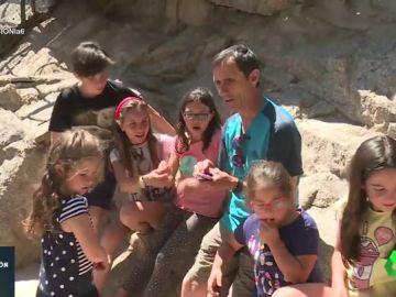 Un grupo de niños en la granja escuela