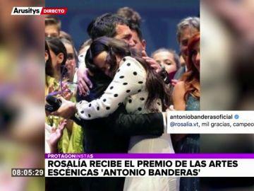 El emocionante momento en el que Rosalía recibe el premio Antonio Banderas de manos del actor