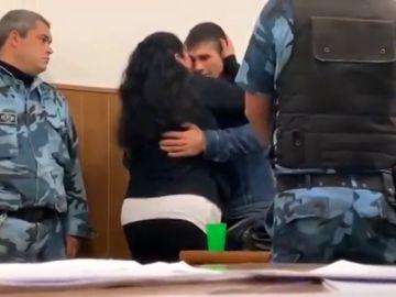 """Una mujer abraza al asesino de su hijo en pleno juicio: """"Te perdono como mamá, porque solo tú y él sabéis lo que pasó"""""""