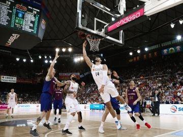 Gustavo Ayón anota ante la defensa del Barcelona en El Palau