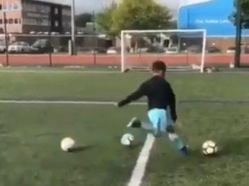 Un niño golpea un balón