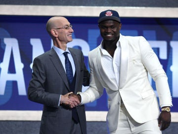 Adam Silver da la mano a Zion Williamson