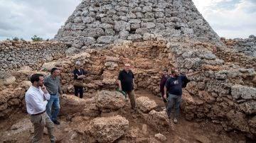 Restos arqueológicos en un talayot en Menorca
