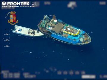 Detenidos siete traficantes grabados por Frontex en alta mar con 81 migrantes