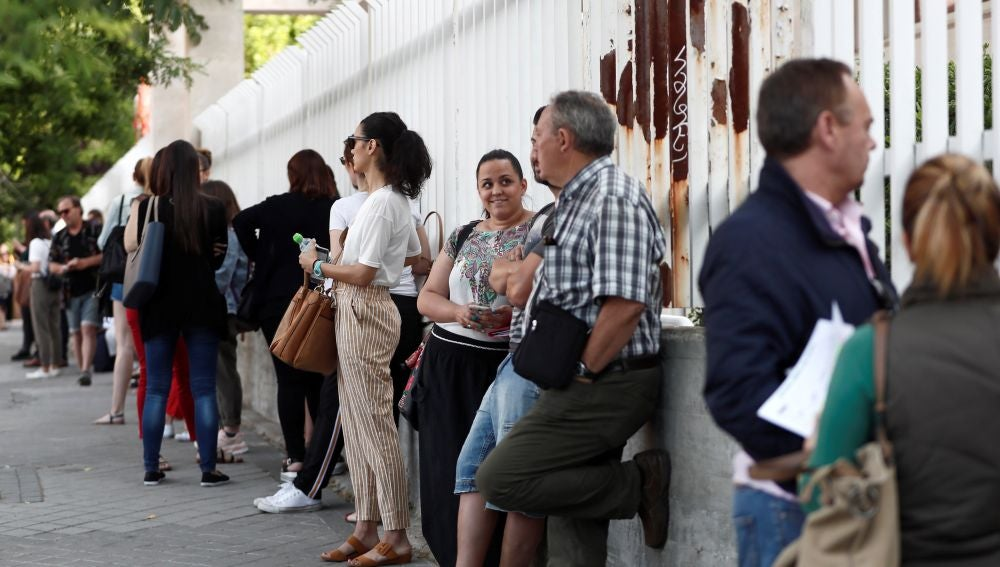 Decenas de profesores esperan este sábado a las puertas del IES Juan Bautista de Madrid