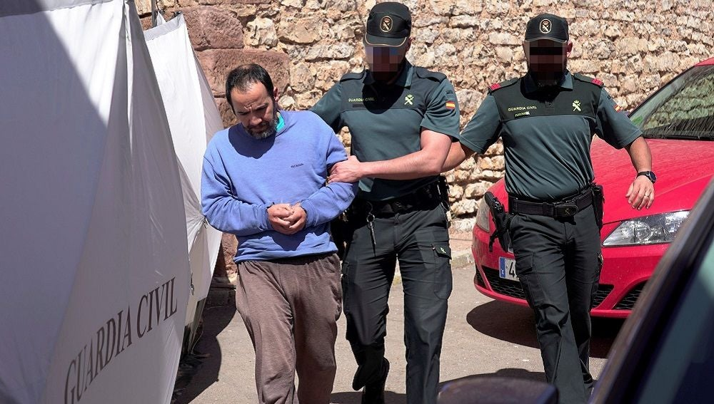 Uno de los hermanos siendo arrestado por la Guardia Civil