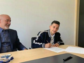 Reyes firma su contrato