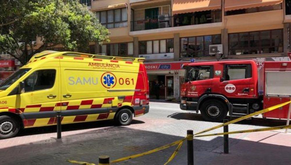 Una ambulancia del 061 y un camión de Bomberos de Palma en el operativo.