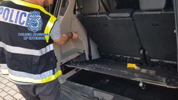 La Policía Nacional inspecciona uno de los coches donde guardaban la cocaína