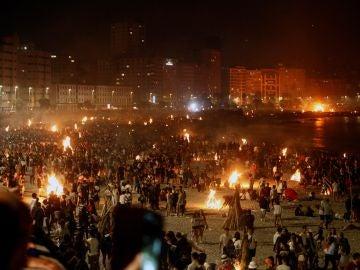 Miles de personas se reunieron en torno a las hogueras que iluminaron las playas de A Coruña