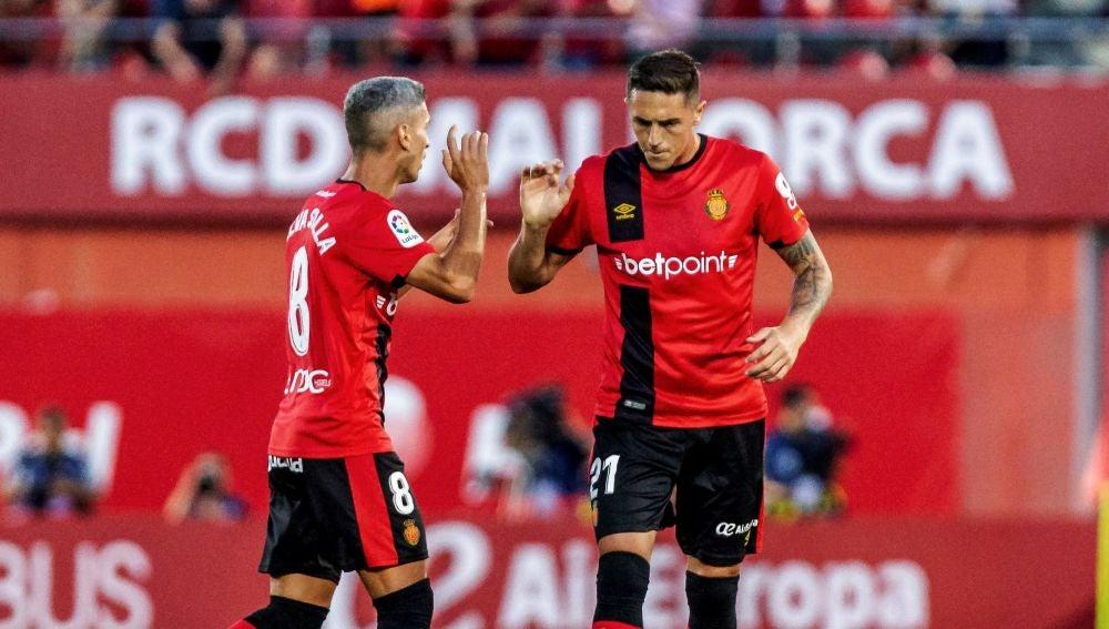 Salva Sevilla celebra un gol junto a Raíllo
