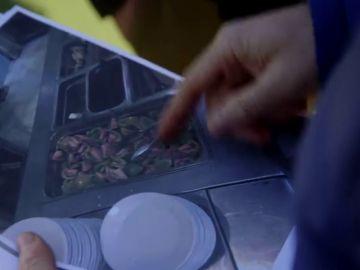 Chicote le muestra fotos de la comida de los deportistas de alto rendimiento a uno de sus responsables