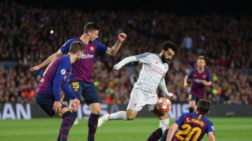 Salah intenta regatear a los jugadores del Barça