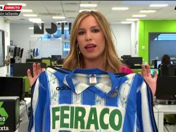 Paula del Fraile muestra orgullosa la camiseta del Deportivo tras perder contra el Mallorca en los Play off