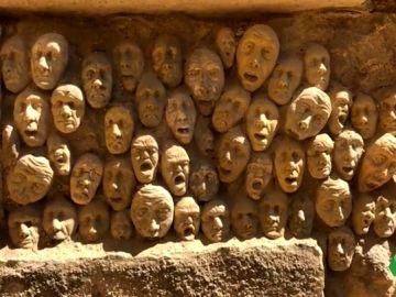 Buscan al autor de decenas de caras de arcilla incrustadas en la Puerta de Almodóvar, Córdoba