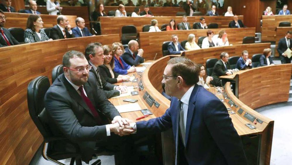 El diputado de Ciudadanos, Juan Vázquez (d), y el candidato socialista a la Presidencia del Principado, Adrián Barbón