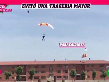 Un paracaidista choca contra un tejado y cae al suelo en plena exhibición