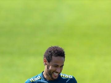 Neymar, sonriente durante un entrenamiento