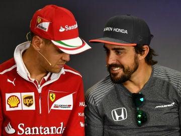 Vettel y Alonso dialogan durante una rueda de prensa
