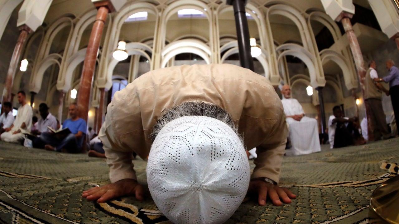 Musulmanes rezan en una mezquita