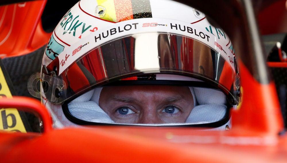 Sebastian Vettel, concentrado en su monoplaza