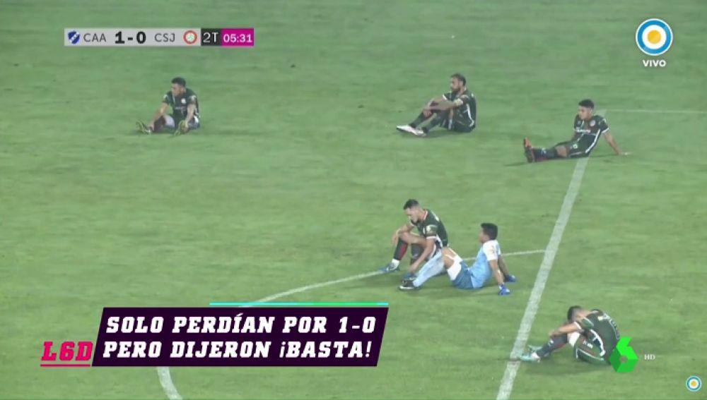 Protesta inédita contra un árbitro en Argentina: los jugadores se sientan en el césped
