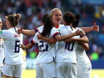 Carli Lloyd celebra un gol con sus compañeras