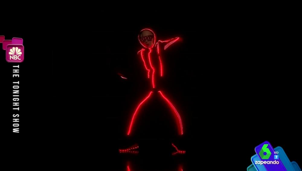 La 'colorida' batalla de baile entre Madonna y Jimmy Fallon con trajes de neón