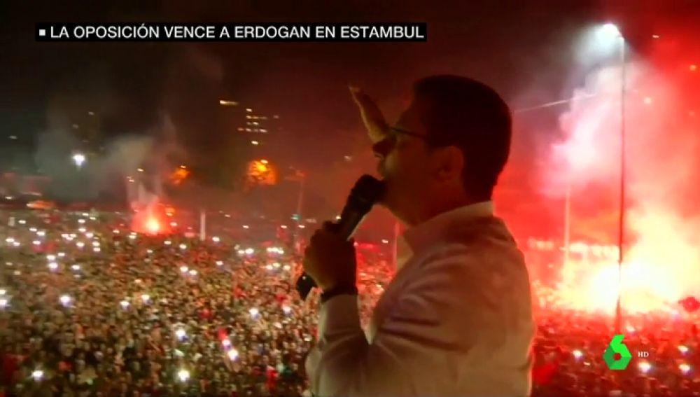 Miles de personas celebran en Estambul la victoria del nuevo alcalde opositor a Erdogan