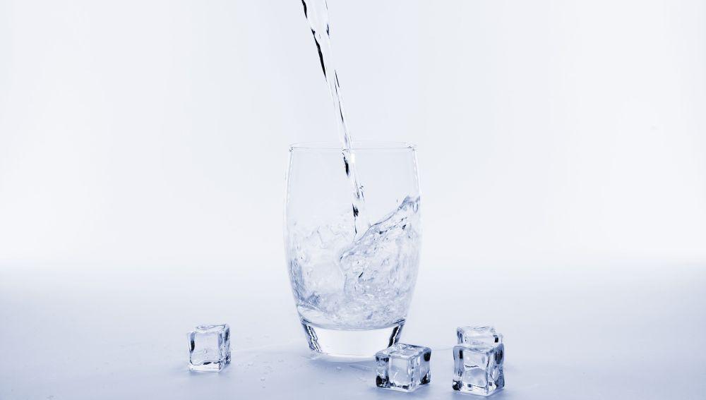 Imagen de archivo de un vaso de agua fría.