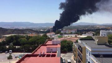 Desalojan el polígono industrial de Guadarraque tras un incendio en una empresa de ácidos contaminantes