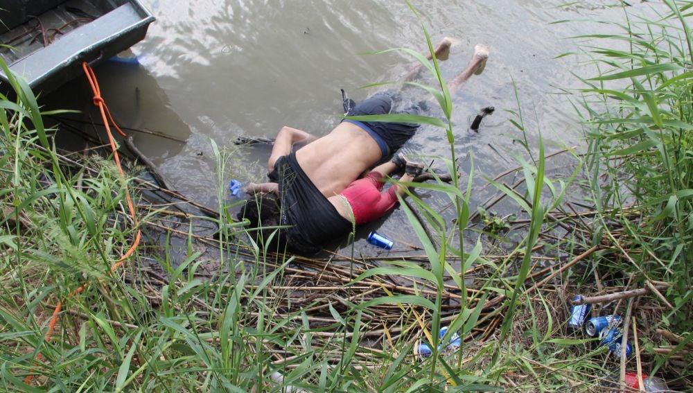 Fotografía a los cuerpos sin vida de un migrante y su hija a una orilla del Río Bravo en Matamoros