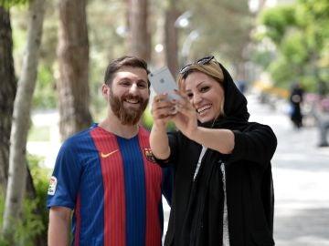 Una mujer se hace un selfie con el doble de Leo Messi